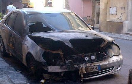 Pachino, in fiamme una Mercedes nella notte in via Lincoln