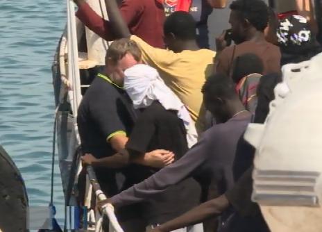 Sicilia invasa dai migranti, oggi sbarchi continui a Pozzallo e Lampedusa