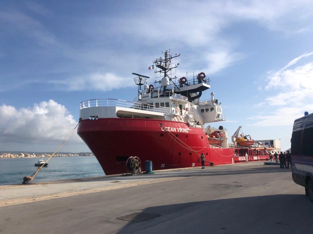 Arrivata a Pozzallo la Ocean Viking, sbarcati al molo 104 migranti