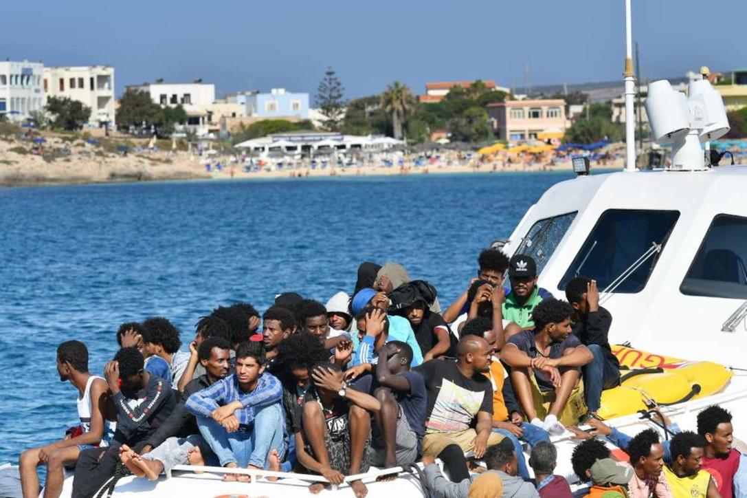 Migranti: in 150 da hotspot di Lampedusa a Porto Empedocle