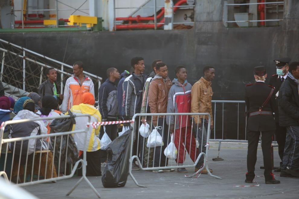 Catania, sbarcati 246 migranti: c'è anche un cadavere