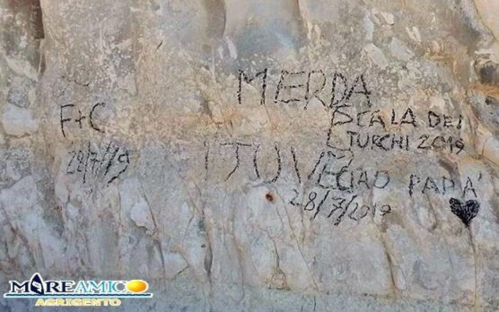 Racalmuto, vandali imbrattano costone della Scala dei Turchi