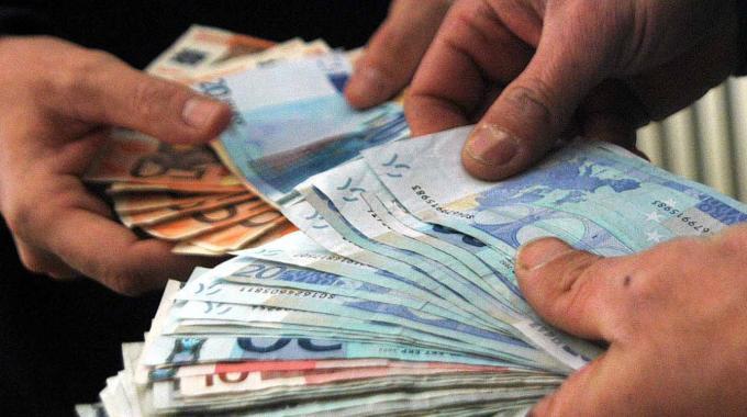 Palermo, giro di soldi falsi: madre, figlia e cognato in manette