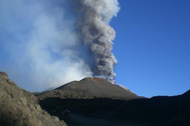 Etna, attività stromboliana dal cratere di Nord-Est del vulcano