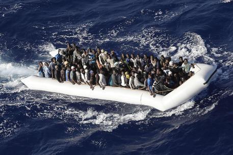 Oltre 800 migranti soccorsi oggi nel Canale di Sicilia