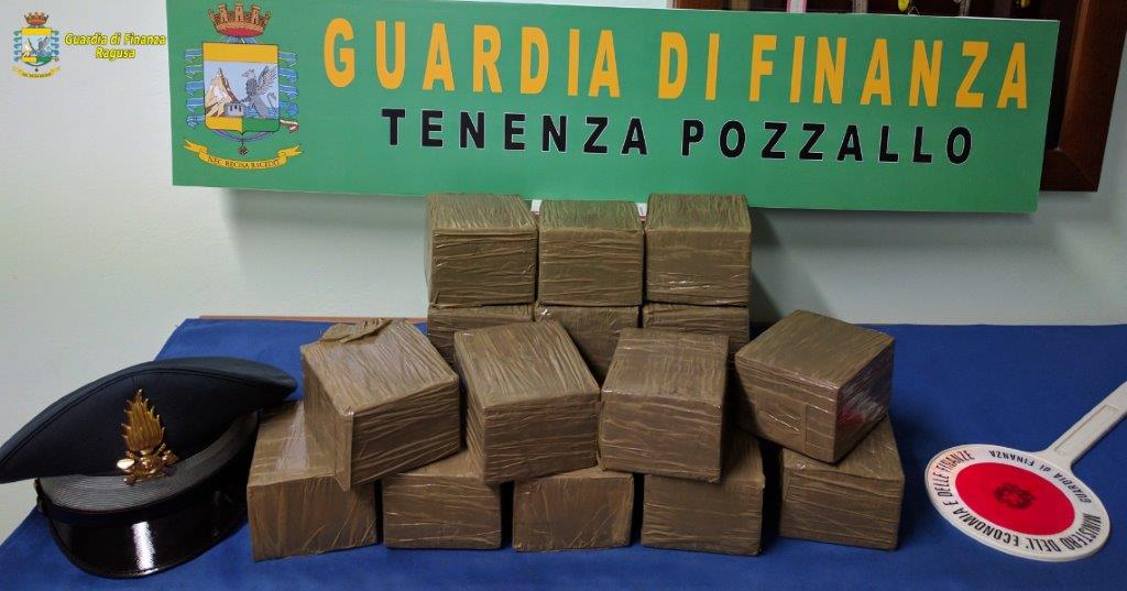 Pozzallo, preso all'imbarco per Malta con 15 chili di hashish