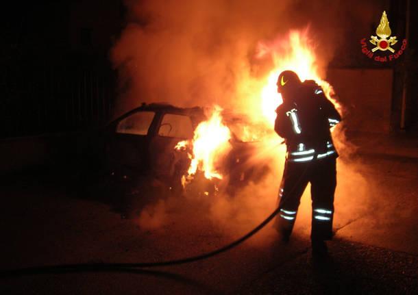 Incendi, auto in fiamme a Siracusa: interviene la polizia