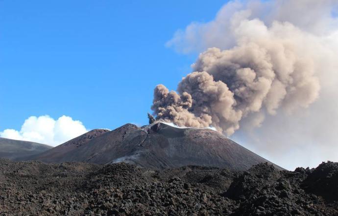 Improvvisa accelerazione eruttiva dell'Etna: cenere fino a 4.500 metri