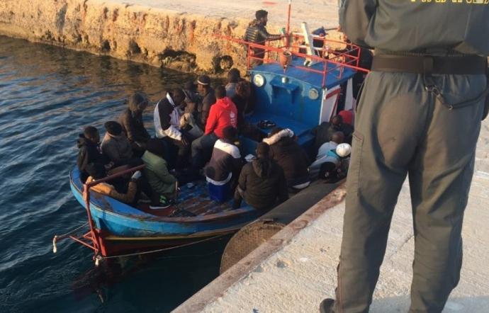 Migranti, 6 barchini soccorsi a Lampedusa: 102 tunisini