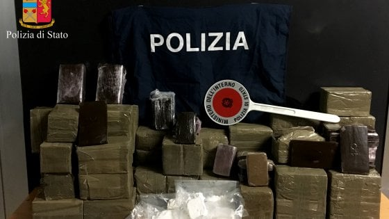 Droga: 242 chili di hashish sequestrati nel Barese, tre arresti
