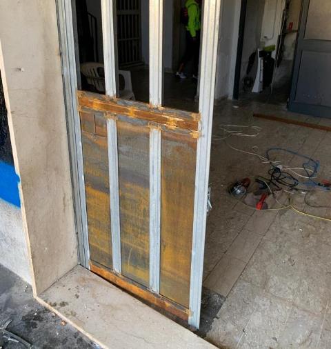 Piazze di spaccio a Siracusa, rimosso un altro cancello blindato in via Immordini