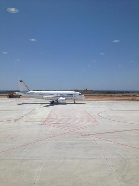 Lampedusa, nave occupa spazio aereo: volo Alitalia bloccato
