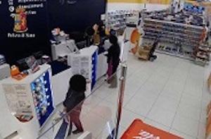 Ragusa, usò la figlia di 10 anni per rapinare un Centro commerciale: arrestata