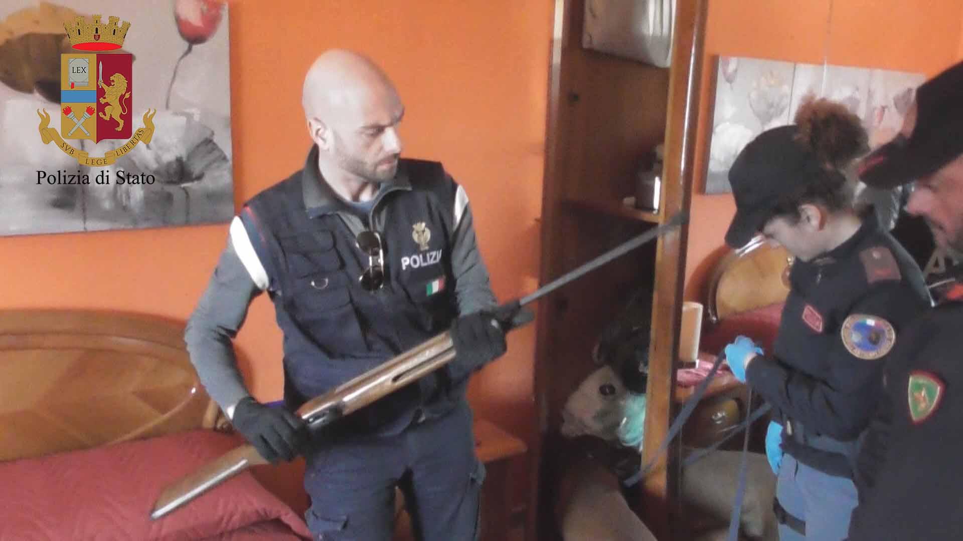 Nascondeva il fucile rubato in frigorifero:pregiudicato preso a Vittoria