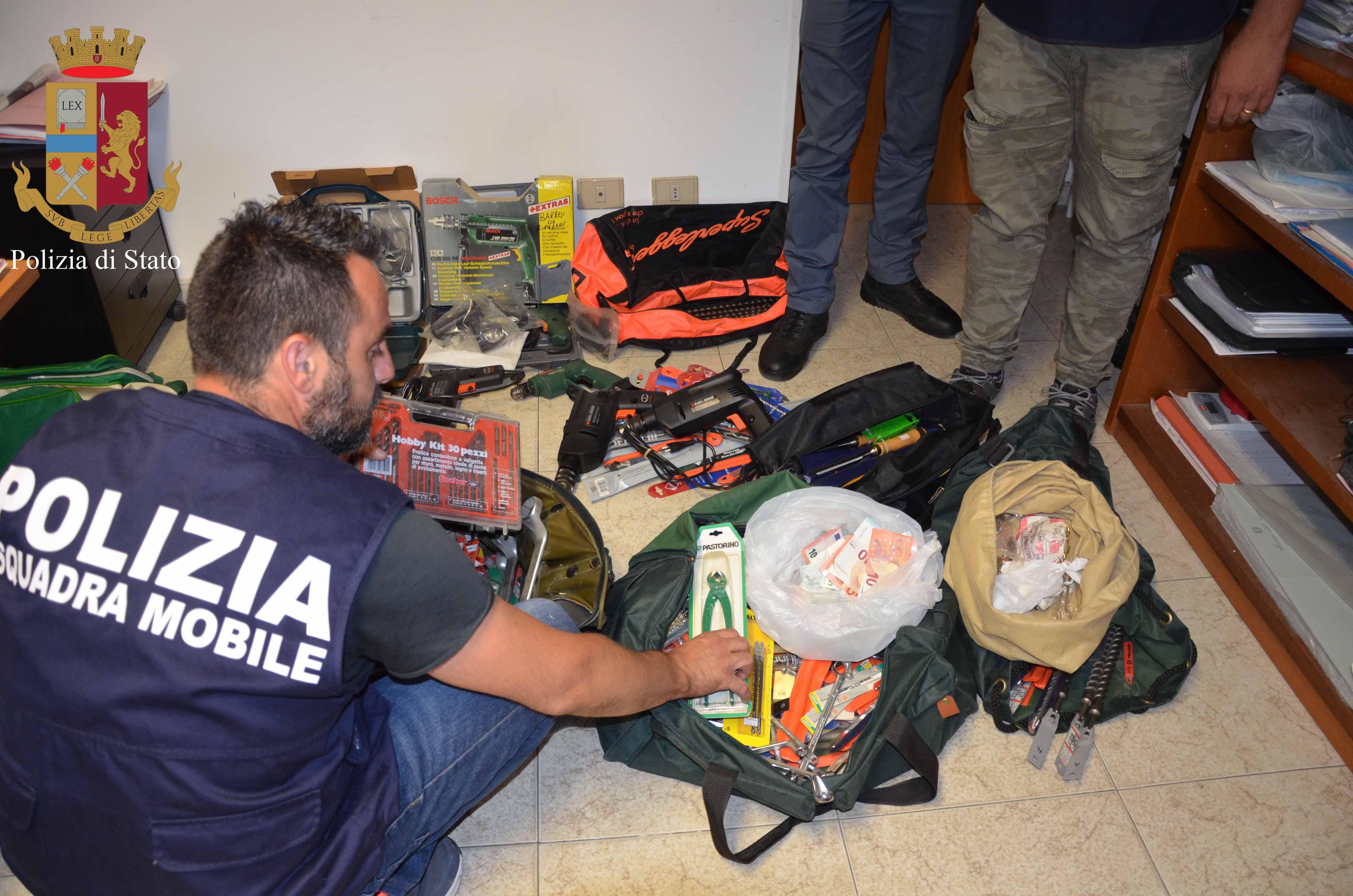 Ragusa, arrestati due presunti ladri mentre caricano la refurtiva in auto