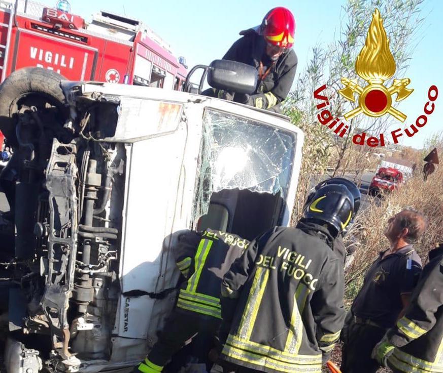 Augusta, furgone si ribalta e finisce fuori strada: ferito il conducente