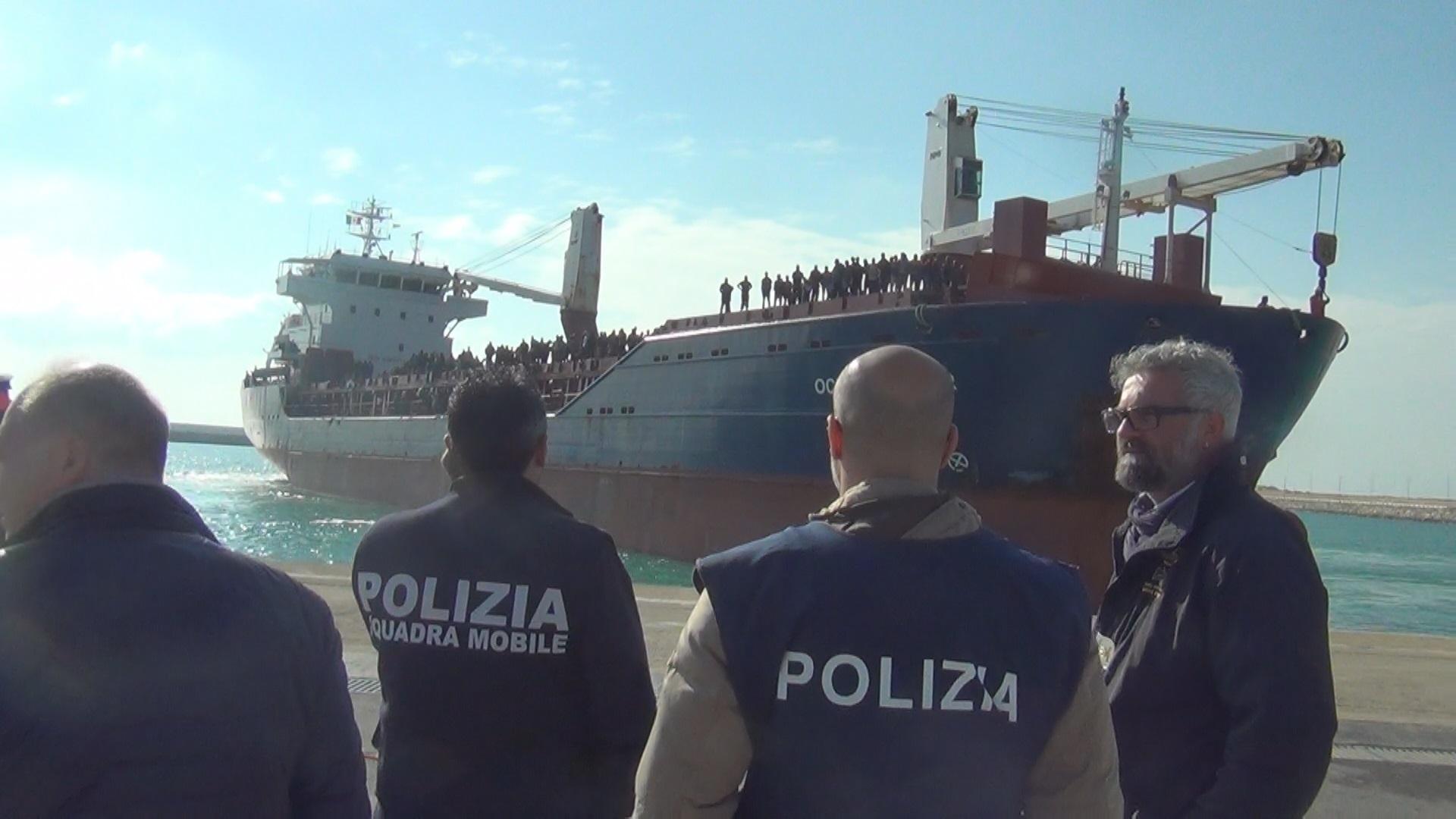 Migranti: sbarco a Pozzallo, fermati quattro presunti scafisti