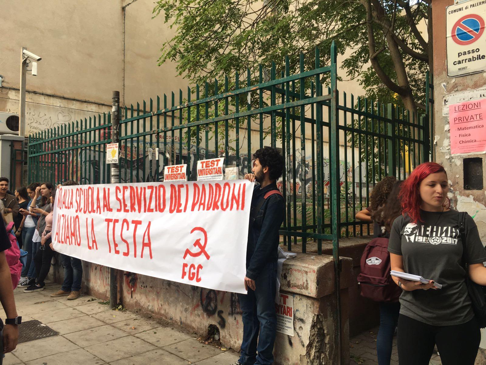 """""""No alla scuola al servizio dei padroni"""", protesta a Palermo"""