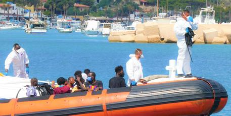 Ancora sbarchi a Lampedusa: sette nella notte con 250 migranti