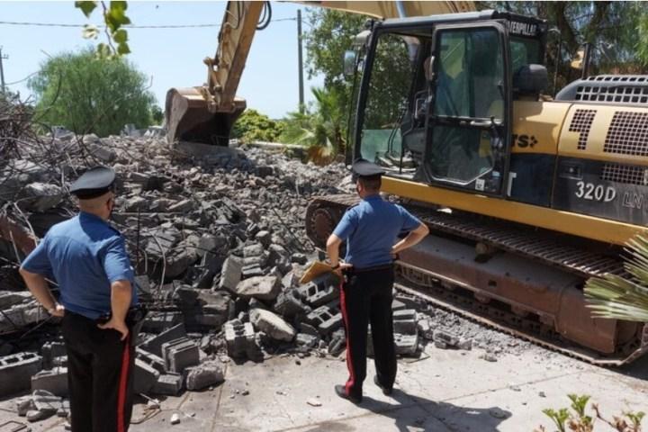 Abusivismo edilizio,  demolito edificio a tre piani nel territorio di Paternò
