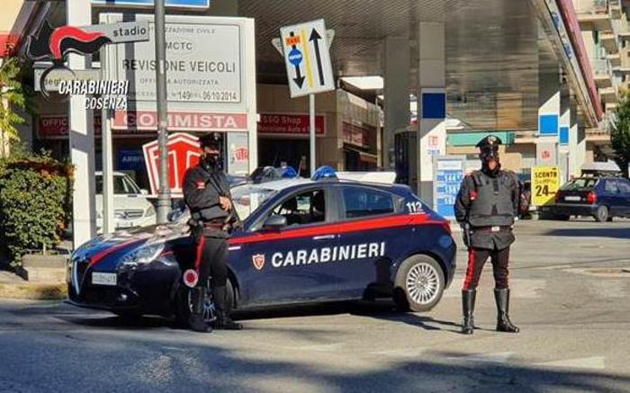 Ruba un'auto e si dà alla fuga, bloccato dai carabinieri ad Amantea