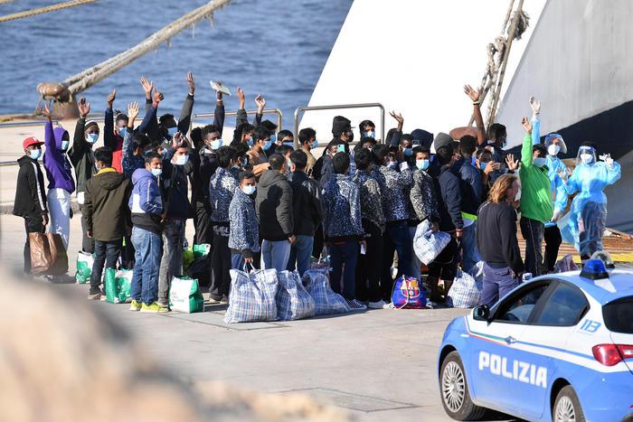 Attracca a Lampedusa la nave della quarantena: imbarco per 600 migranti