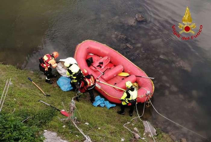 Cane gettato nel fiume Volturno a Capua con pesi al collo