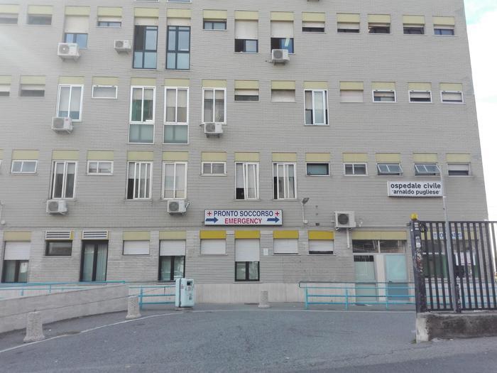 Commessa travolta da scaffale del negozio: è grave a Crotone