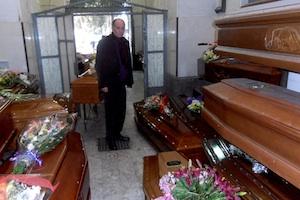 L'obitorio del cimitero di Catania scoppia: niente più spazi per le bare