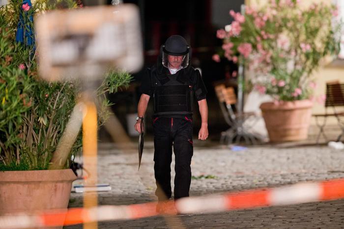 Germania, kamikaze si fa esplodere vicino ristorante: 12 feriti