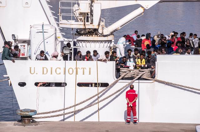 Nave Diciotti trasferisce da Lampedusa a Pozzallo 375 migranti