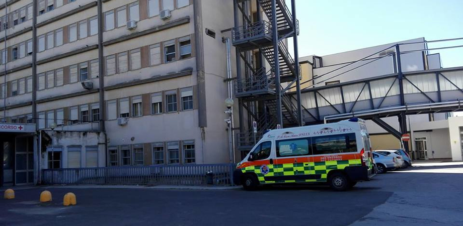 Si lancia dalle trombe delle scale, muore all'ospedale di Caltanissetta