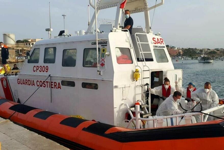 Naufragio di migranti a Lampedusa, 7 morti e 9 dispersi: sbarchi senza fine