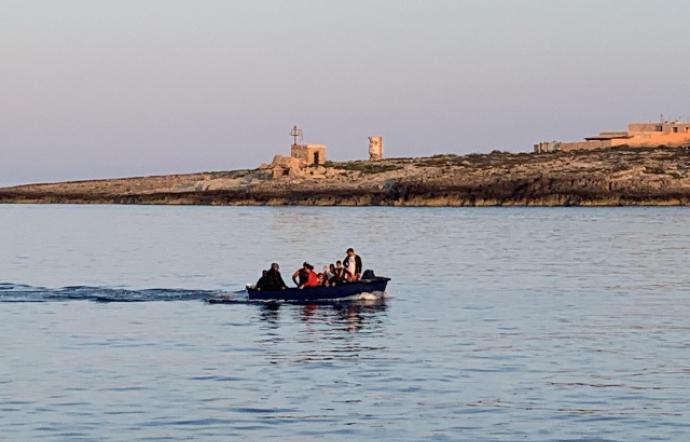 Sbarcano in 29 a Lampedusa, oltre ai migranti pure un cane