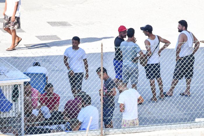 Hotspot di Lampedusa scoppia di migranti, al via i trasferimenti dei 723