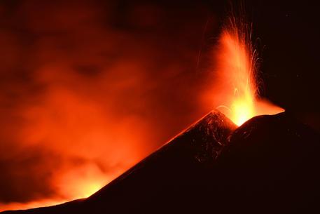 Nuova attività parossistica dell'Etna, fontana di lava alta 800 metri