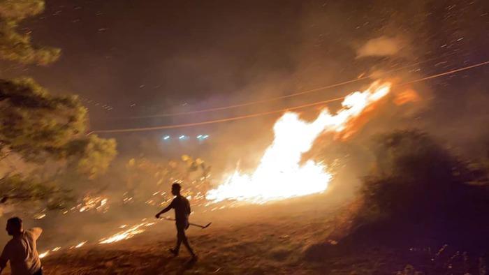 Paura a Lipari per una notte di fuoco, case danneggiate a  borgata Quattropani