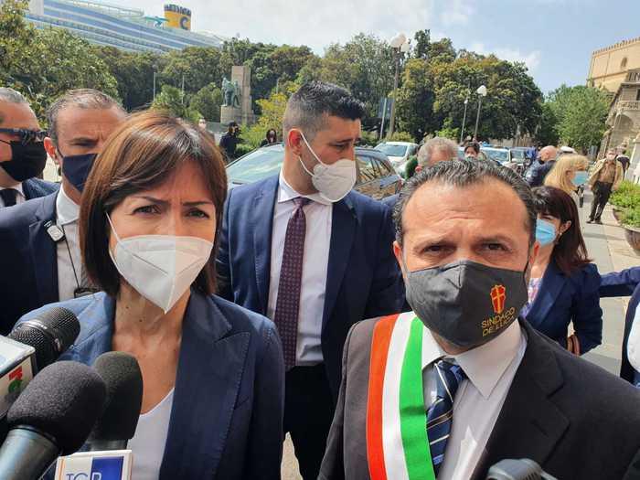La ministra per il Sud Mara Carfagna tra la 'baraccopoli' di Messina