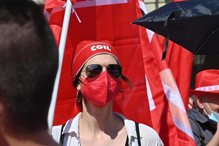 I sindacati in piazza contro i licenziamenti