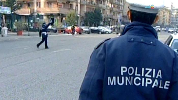 Napoli, controsenso e senza casco aggrediscono due agenti