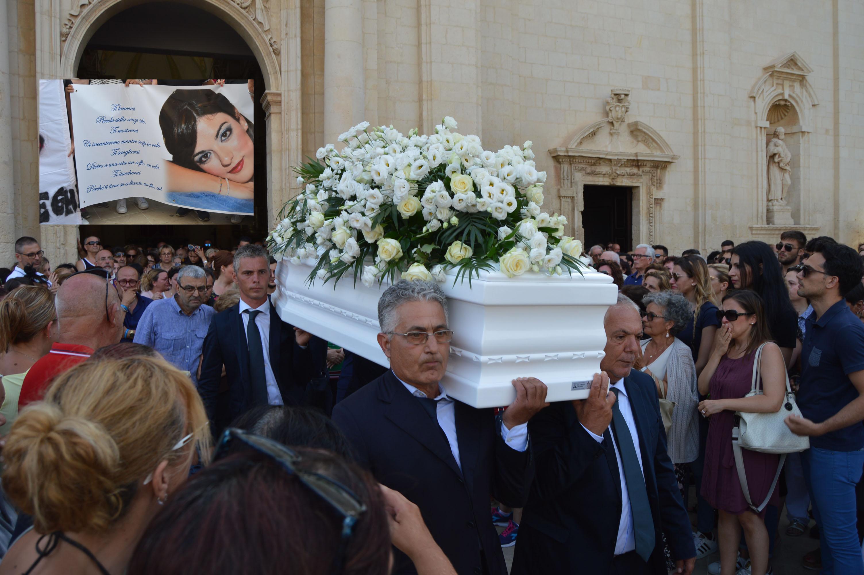 Avola, bagno di folla in chiesa Madre per dire addio a Roberta