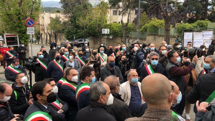 Covid, sit - in dei sindaci davanti l'ospedale di Cosenza