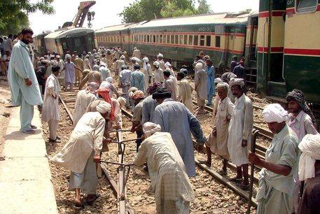 Scontro tra treni in Pakistan: 40 morti e più di 100 feriti