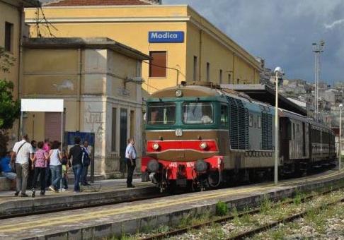 """Modica, sassate al treno """"storico"""": arriva con 4 ore di ritardo"""