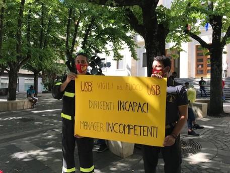 Incendi, protesta dei vigili del fuoco di Cosenza