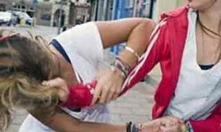Noto, aggredisce l'amante del marito: denunciata per percosse e violenza privata