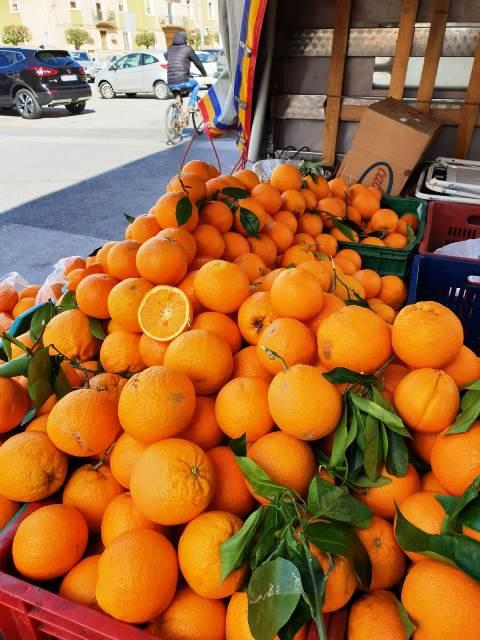Siracusa, sequestrati 1000 chili di arance a ambulanti abusivi