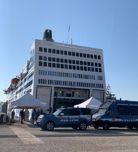 'Nave Azzurra' nel porto di Augusta, il questore espelle 80 migranti