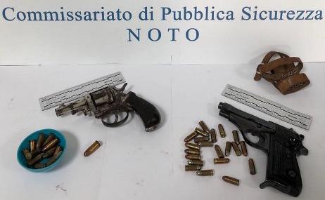 Pensionato di Noto custodiva un revolver ed una pistola: denunciato