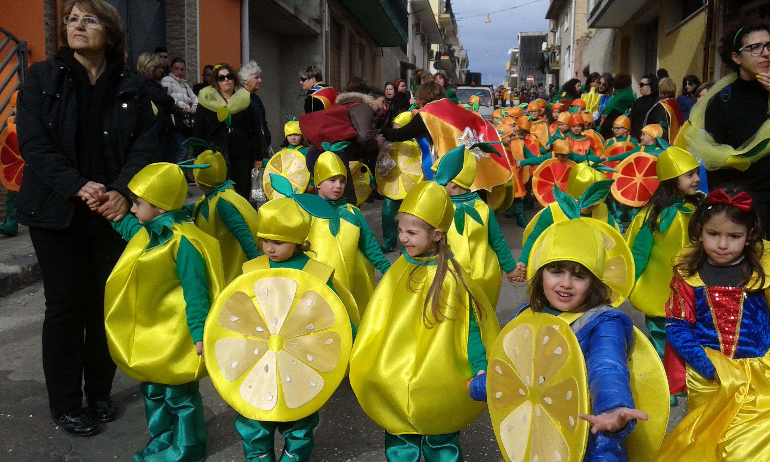 """La """"Sicilianità e le tradizioni di Solarino"""" sfilano nel carnevale delle scuole"""